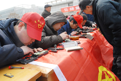 公司团委组织学雷锋便民活动---修理小家电